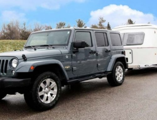Jeep met caravan combineert natuur en stad in VS
